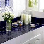 Комбинирование белой и синей плитки на кухонной столешнице и фартуке