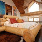 Кровать из массивных бревен в эко стиле