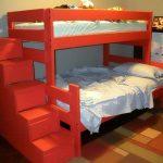 Кровать в два яруса с лестницей-комодом красного цвета