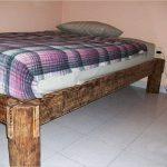 Ножки кровати сделаны из ствола дерева
