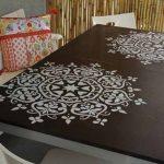 Обеденный стол с рисунком-трафаретом