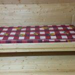 Односпальная деревянная кровать в деревянной комнате своими руками