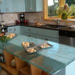 Рельефная столешница кухонного острова из голубого стекла