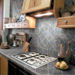 Серая плитка для обновления кухонной столешницы