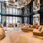 Большая гостиная с зеркальным потолком кажется необъятной