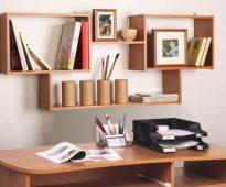 Дизайн полки на стену возле письменного стола