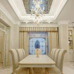 Классическая светлая столовая с зеркальным потолком