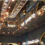 Красивый зеркальный потолок из отдельных плит для просторной комнаты
