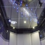 Красивый зеркальный потолок из плиток в ванной комнате
