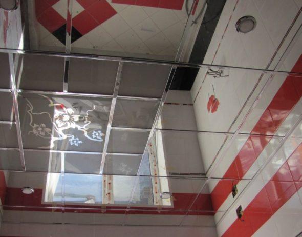 Зеркальные плиты на потолке