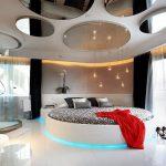 Круглые зеркальные фрагменты на потолке в просторной спальне