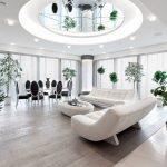 Круглый зеркальный элемент на потолке в гостиной
