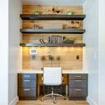 Массивные полки в три ряда в нише над письменным столом