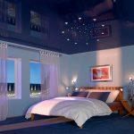 Натяжной зеркальный потолок в спальне в синем цвете