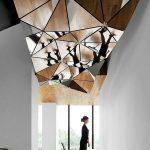 Оригинальный зеркальный потолок в коридоре