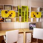 Полки-стеллажи над письменными столами для двоих детей