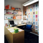 Полочки на уголках над большим рабочим столом