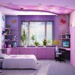Полочки по углам от окна над столом и шкафчиками в фиолетовой спальне