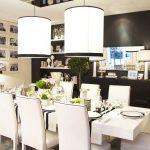 Потолок из одинаковых зеркальных плит добавляет света в просторную столовую-гостиную