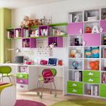 Разноцветные полки и стеллажи над столом для школьника