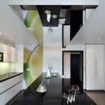 Стильная кухня в стиле хай-тек с зеркальным потолком