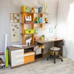 Удобные стеллажи над столом для книг и декора
