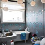 Зеркальный потолок и оригинальная люстра - изюминка интерьера ванной комнаты