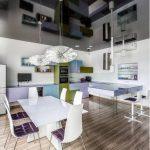 Зеркальный потолок на современной кухне