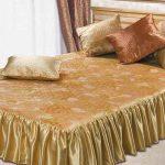 Атласное покрывало для двуспальной кровати