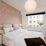 Белая кровать и белый шкаф-купе для спальни