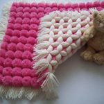 Бело-розовый плед с помпонами