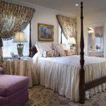 Белое покрывало с юбкой и цветочные элементы декора для спальни