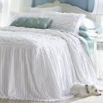 Белоснежное удлиненное покрывало на кровать