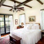 Белоснежный текстиль для необычной спальни в кантри стиле
