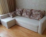 Белый угловой диван с яркими подушками своими руками