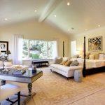 Большая просторная спальня с необходимой мебелью