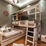 Двухъярусная деревянная кровать, выполненная в виде дома