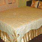 Комбинирование золотистой ткани и ткани с завитками для покрывала на кровать