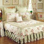 Комплект декоративных элементов с цветочными мотивами для кровати