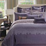 Красивый комплект - покрывало и несколько наволочек на подушки для кровати