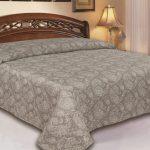 Микрофибровое покрывало в классической спальне