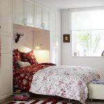 Небольшая спальня с кроватью, встроенной в шкаф