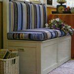Небольшой полосатый диванчик с ящиками для хранения