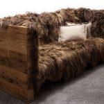 Необычный диван с меховой обивкой