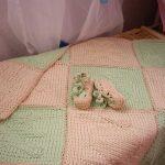 Нежной зелено-розовый плед, связанный спицами