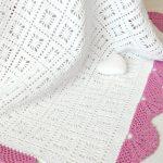 Нежный белоснежный плед с розовой окантовкой