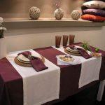 Однотонная скатерть на стол и красивый декор к ней