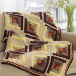Плед на диван из разноцветной пряжи