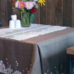 Простая натуральная скатерть для обеденного стола