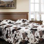 Пятнистое меховое покрывало на кровать
